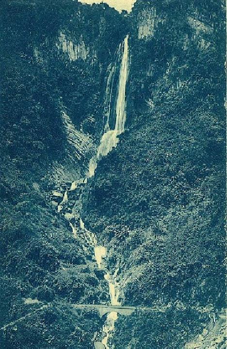 La ferrovia passa sotto la spettacolare cascata di Wan-Tang