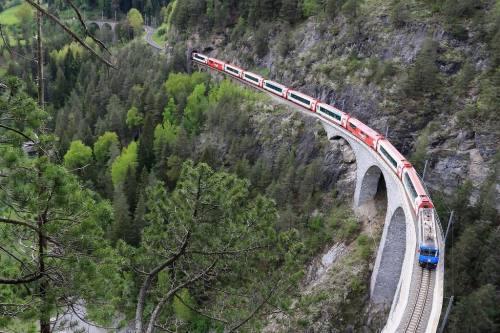 Un doppio Glacier Express transita sul viadotto - foto © 2013 Andreas Preibisch