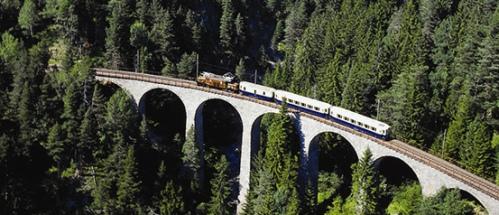 Un altro transito d'eccezione: l'Alpine Classic Pullman Express! Foto da un sito SBB
