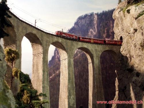 Il modello del ponte su un enorme plastico a tema RhB (8x11 metri!), da http://www.modell-bahn.ch/