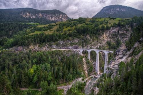 Il viadotto fotografato da Thomas Barothy  (da Flickr)  - si può notare sulla sinistra la piccola galleria che precedi il tunnel