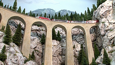Meno cerdibile questo viadotto a ridosso delle rocce, da http://www.modellbahn-tv.de/
