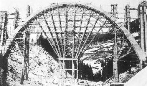 Costruzione del Langwieser. Arco centrale completato - da  www.sarganserland-walensee.ch