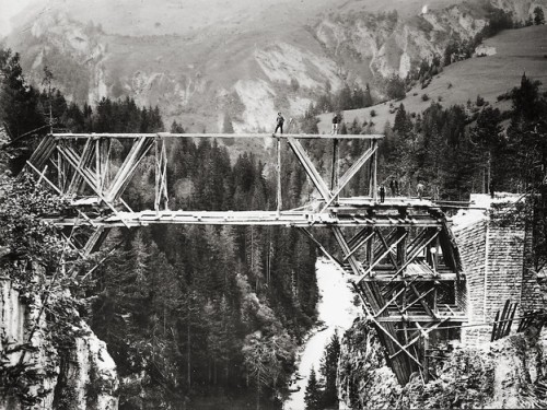 Fasi iniziali della costruzione del Viadotto di Solis - immagine da www.srf.ch