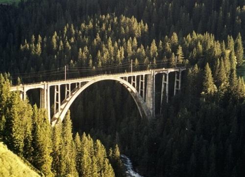L'eleganza del viadotto tra i pini - foto © da www.baukultur.gr.ch