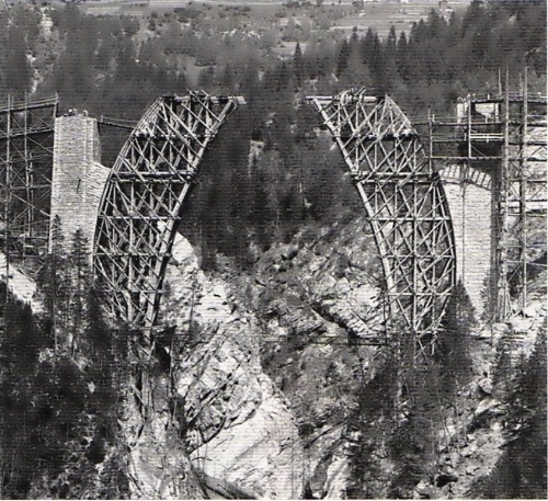 Fase iniziale della costruzione del Wiesener Viadukt - le due parti dell'armatura di sostegno si slanciano una verso l'altra. Foto da www.zahradni-zeleznice.com