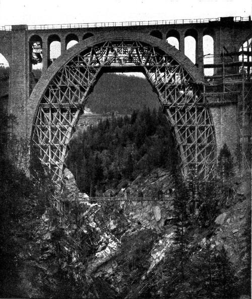 L'armatura di sostegno ha compiuto la sua funzione: l'arco del Wiesener Viadukt é completo - Foto Hermann Wolf, da wikipedia