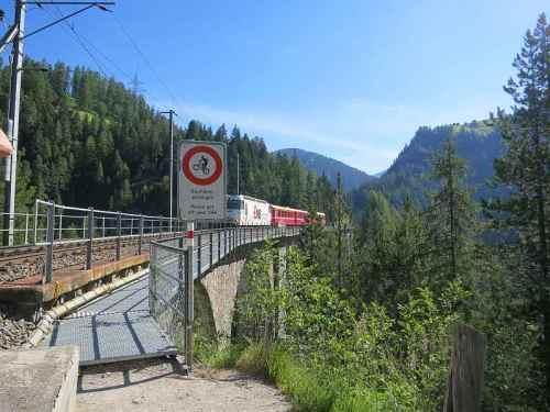 La passerella pedonale che corre lungo la ferrovia - Foto da  www.wandersite.ch