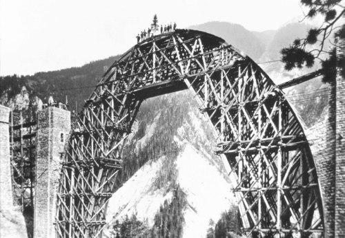 Wiesener Viaduct - completamento dell'armatura di sostegno - si nota il in cima pino che ne celebra il completamento - da www.reddit.com