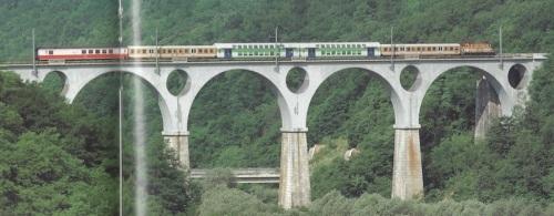 Transito sul viadotto di Mainate Foto © Roberto Cocchi, da Mondo Ferroviario 104