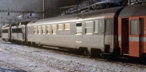 Voiture SNCF Gril-Express alla testa del treno 226 Milano-Paris Lutetia (Vallorbe, 1980) © Jean Vernet, Montreux da http://www.cgn02.ch/ferphoto/