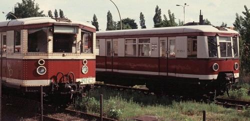 Br 275 (ET 165)  a sinistra e Br 277 (pre-restyling, ex ET 167) a destra. Foto © da http://www.wikiwand.com/de/DR-Baureihe_ET_167