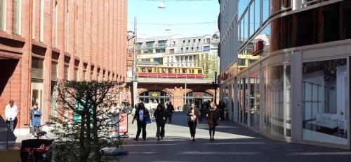 Una S-Bahn si affaccia tra i palazzi