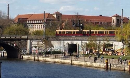 Una S-Bahn scavalca la Sprea e accede all'Isola dei Musei