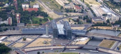La stazione principale di Berlino dall'aereo. In alto si può vedere un tratto dei binari in direzione Nord-Sud