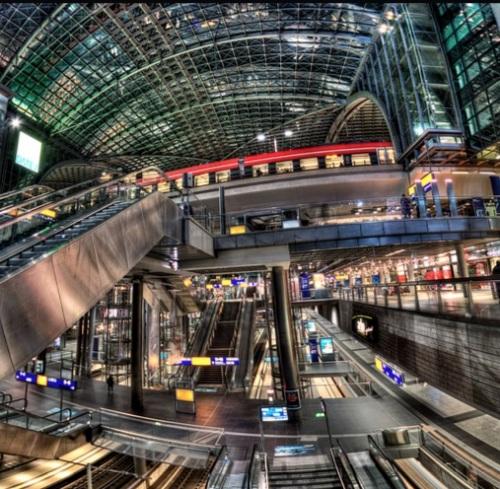 Interno della Berlin HBF. In alto si vede un treno sulla Stadtbahn, in basso si riescono a intravedere i binari del Tiergartentunnel. Foto © kevlas-welt da flickr