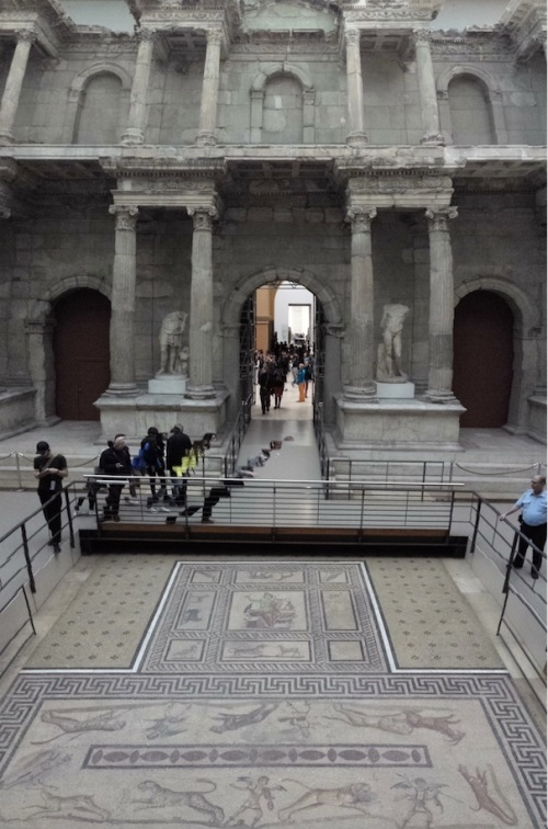 Scorcio (purtroppo solo parziale) del bellissimo frontale del mercato di Mileto