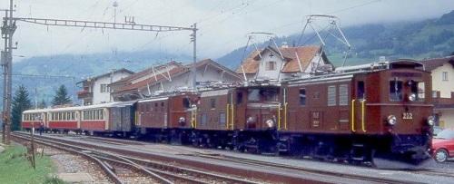 Spettacolare tripla trazione per il RhB Salonzug 3053 da Landquart per Schiers il 01.09.1996: EGe 2/4 222 - Ge 6/6 I 411 - Ge 4/6 353 - D² 4052 I - AS 1143 - AS 1141 - AS 1144. Foto © Manfred Möldner da www.bahnbilder.de/