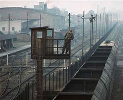 Un Vopo (VolksPolizist, poliziotto della Germania Est) sorveglia il transito di un convoglio nel corridoio di connessione tra West-Berlin e la Germania Ovest. Foto © da www.berliner-mauersteine.de
