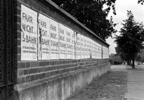 1961: i cartelli che invitano al boicottaggio della S-Bahn. Foto Weissbart da stummiforum.de