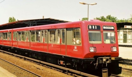 Br 270 in livrea rosso-grigia nel 1991. Foto © da http://fotocommunity.s-bahn-berlin.de/