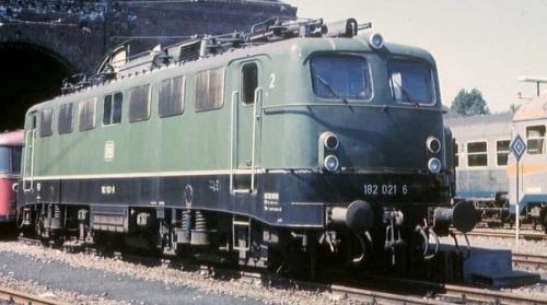 DB Br 182.021, ex E 320, locootiva bicorrente tedesca. Foto da mediawiki