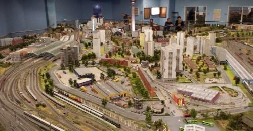 Sul grande plastico di LOXX, in basso a destra, si possono intravedere tre S-Bahn berlinesi