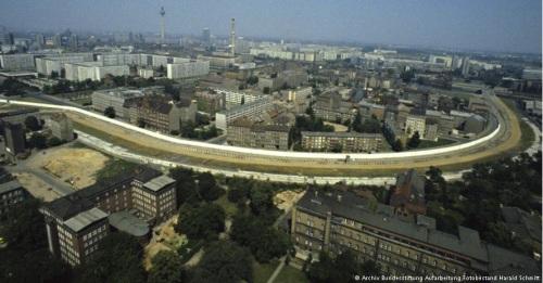 Il Muro tagliava in due la città. Foto da http://www.dw.de/