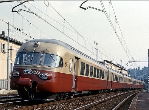 Il RAe 1050 sotto catenaria italiana a Cantù, Foto © Maurizio Messa da wikimedia