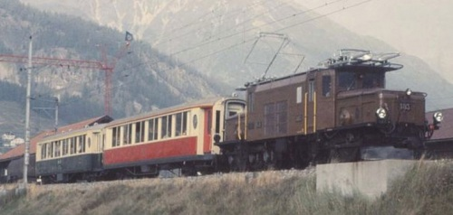 RhB 403 con carrozze nelle due livree a Samedan nel 1975 - Foto G. Brüngger da www.verein-pro-salonwagen.ch