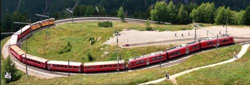 ABe 8/12 in testa a un lungo convoglio ad Alp Grümm.  Dettaglio da una Foto di Hansueli Krapf  (lic. Creative Commons) da Wikimedia