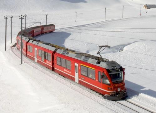 ABe8:16 nei pressi dell'ospizio del Bernina, con alcuni vagoni al traino. Dettaglio di una immagine di Kabelleger / David Gubler (lic. Creative Commons) da Wikimedia