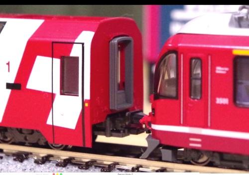 Accoppiamento tra lìAllegra ed una carrozza del Glacier Express. Immagine tratta da un filmato youtube menzionato nel seguito.