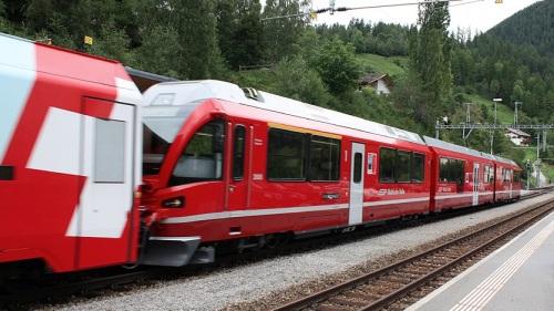 Allegra trainante carrozze del Glacier Express. FIlisur, 2010. Foto © www.hpweigel.de