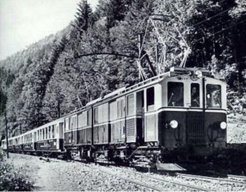 Una uscita straordinaria dei rotabili del Golden Mountain Pass Express, documentata da una foto tratta dall'archivio di Arthur Meyer, da www.eisenbahn-bilder.com