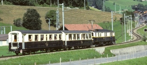 FZe 6/6 con le due carrozze ex CIWL nel 1969 a Zweisimmen. Foto © Alteisen da Panoramio
