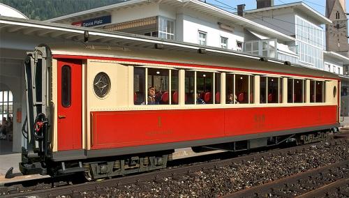 La 1142 a Davos in livrea rosso-crema. Foto da modellbahnen.cadosch.org