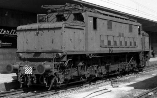E.626 con maglia sganciabile (ingrandendo l'immagine si può vedere il cavo) e tabella di fine convoglio nella stazione di Messina nel 1962, in attesa di effettuare la prossima spinta sul Valico dei Peloritani. Dettaglio da foto © Giuseppe Giacobbe, da flickr.