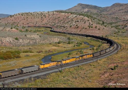 Helper Engines Union Pacific nel mezzo di un lunghissimo merci, Foto © James Belmont da Railpictures.net