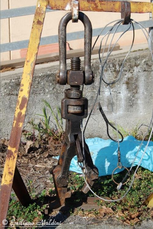Una maglia sganciabile appesa a un tronchino. Foto © Emiliano Maldini da http://www.immaginiferroviarie.com/