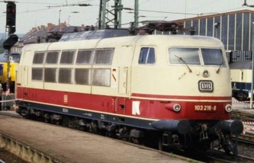 La 103 126 con l'adesivo sulla fiancata, accanto alla porta della cabina