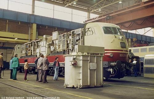 Nel 1978, nell'Officina di Opladen-Halle, fu possibile vedere la 215 a pancia aperta. Foto © Roland Siebert da marklinfan.com, originale da bahnen-wuppertal.de