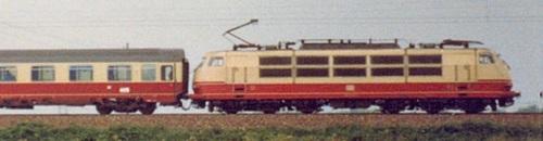 La banda nera nella parte inferiore venne sostituita dal colore rosso per uniformarsi alla nuova verniciatura delle carrozze IC.