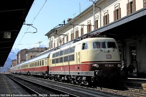 La 103 sotto una catenaria italiana a Domodossola. Foto Stefano Paolini da photorail.com