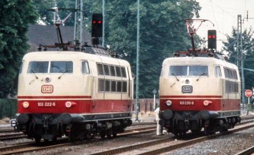 A destra la 230-9 con il vecchio logo, a sinistra la 222-6 con il nuovo. Dettaglio da un foto CC di Heinz-Josef Lücking, da wikimedia