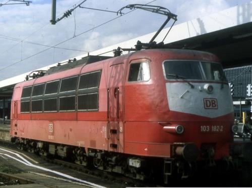 Orientrot versione 2. Foto della 182-2 © Karl-Friedrich Seitz da www.drehscheibe-online.de