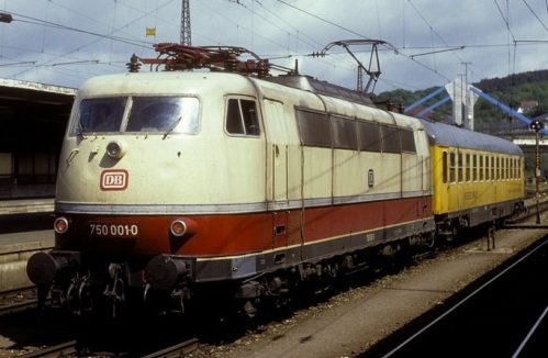 La 750.003 davanti ad una carrozza misura nel 1991. Foto © Werner Brutzer da bahnbilder.de