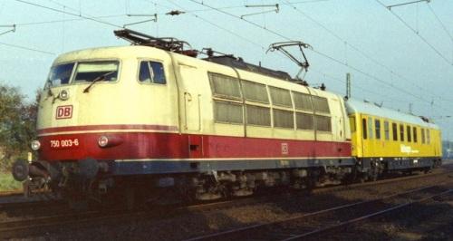 La 750.003 davanti ad una carrozza misura nel 1995. Foto © Gustav Richard da bahnbilder.de