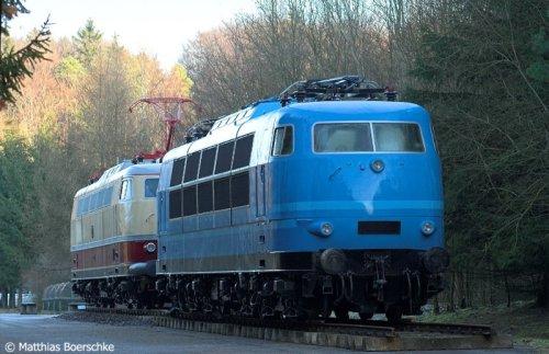 La 103 197-0 azzurra con la E 03 002. Foto © Matthias Boerschke da www.Bahnbilder.de