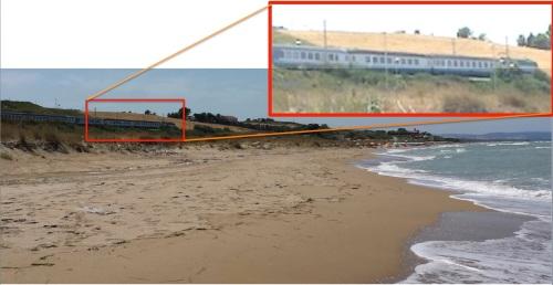 La spiaggia a Nord di Termoli: sulla sinistra in alto si intravede appena il passaggio di un IC (che in realtà é a pochi metri dal mare)